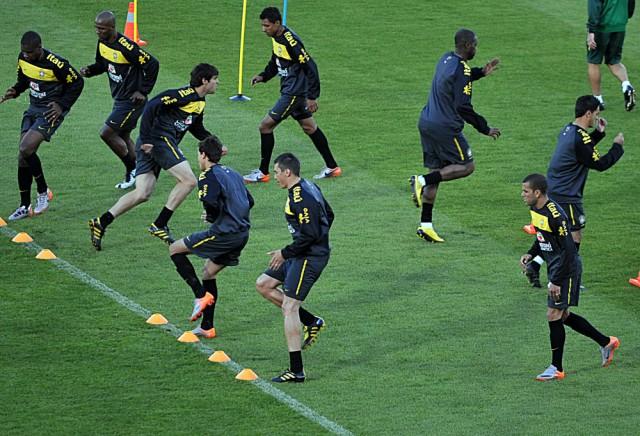 Brazil_national_football_team_training_at_Dobsonville_Stadium_2010-06-03_13-e1444186595621